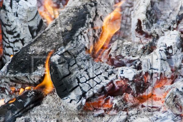 niedergebranntes Holz mit Feuer und Glut