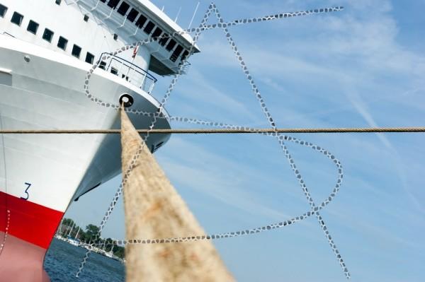 ein Schiffstau zum Bug wird von einem anderen gekreuzt