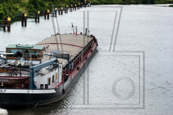 Schüttgutfrachter geschlossen auf Kanal
