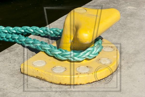 gelber Schiffspoller mit türkisem Schiffstau