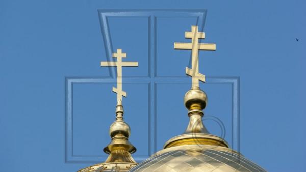 zwei goldene orthodoxe Kreuze