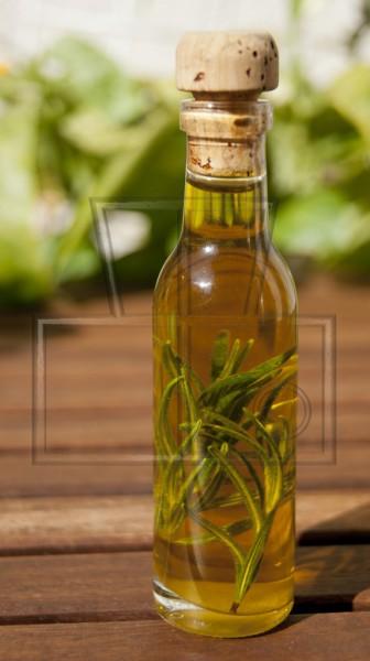 kleine Flasche Olivenöl mit Rosmarin