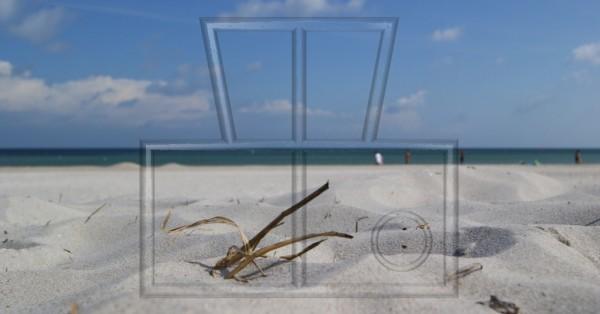Stroh im Sand eines Badestrands an der Ostsee