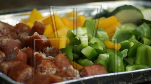 Grillschale mit Wurst und Gemüse