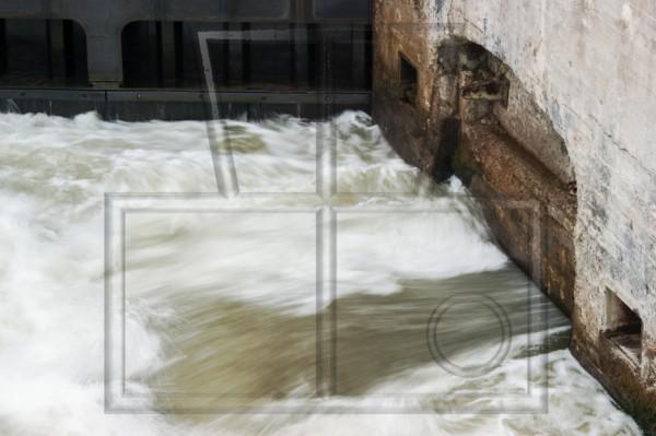 Wasserauslass an einer alten Schleuse