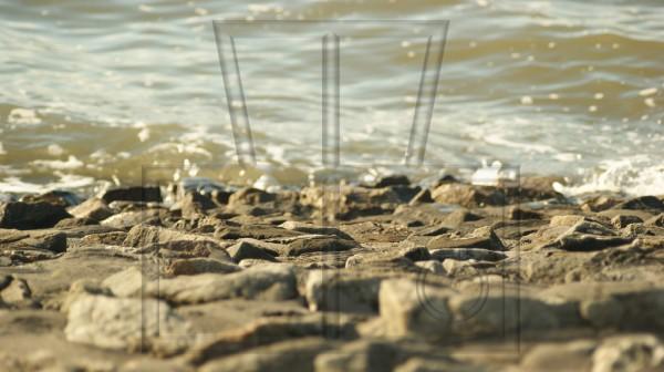 befestigtes Steinufer am Meer