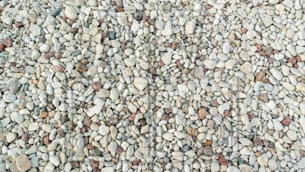 rundgewaschene Steine am Strand