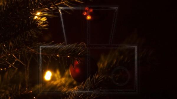 eine rote Weihnachtskugel leicht beleuchtet