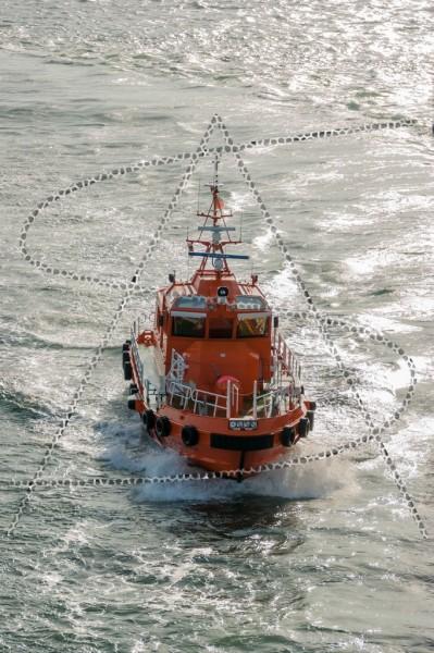 Bugansicht eines Lotsenboots auf See
