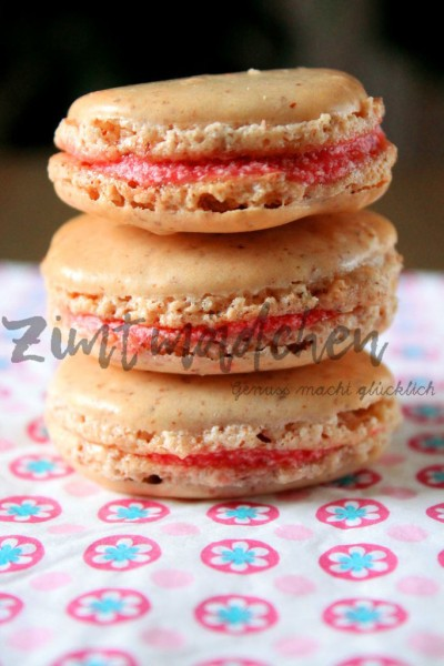 Macarons mit Erdbeeren zu dritt als Stapel