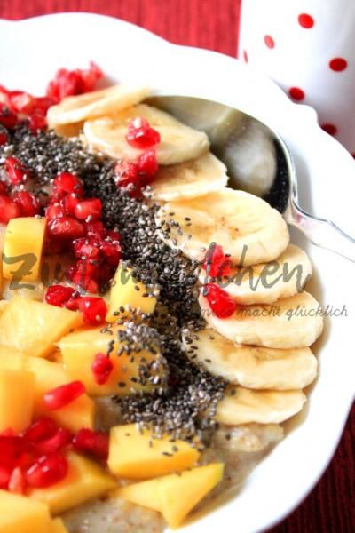 Bananen-Porridge mit Mango, Granatapfel und Chia-Samen