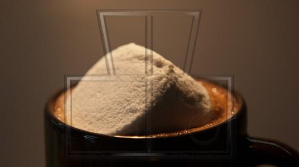 Ein riesiger Marschmallow schwimmt auf Schokocappuccino.