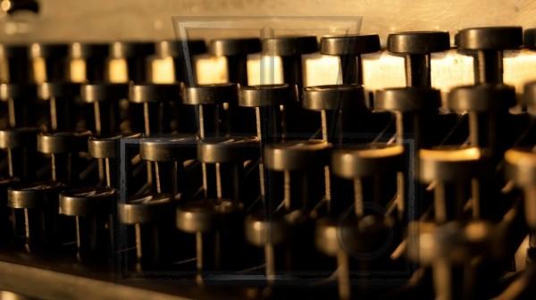 Frontansicht eines Tastenfeldes einer alten Schreibmaschine