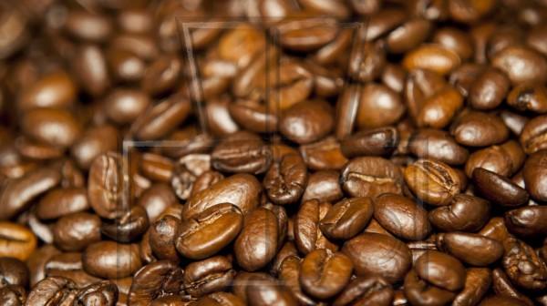 Makro gerösteter Kaffeebohnen mit Schärfe vorne rechts