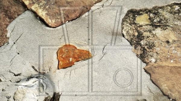 steiniges Herz im gefestigtem Steinufer