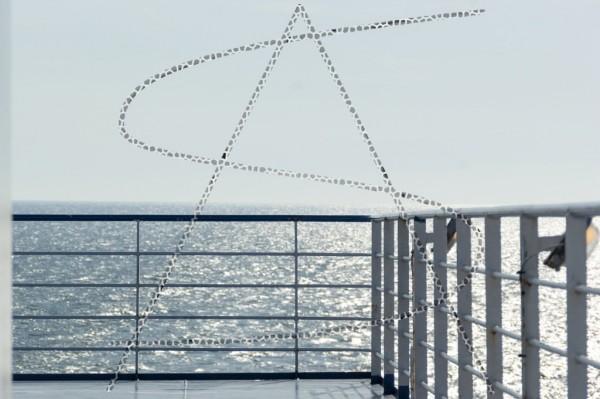 Ecke einer Schiffsreling vor Horizont