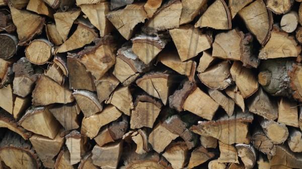 Brennholzstapel aus gemischtem gehacktem Holz